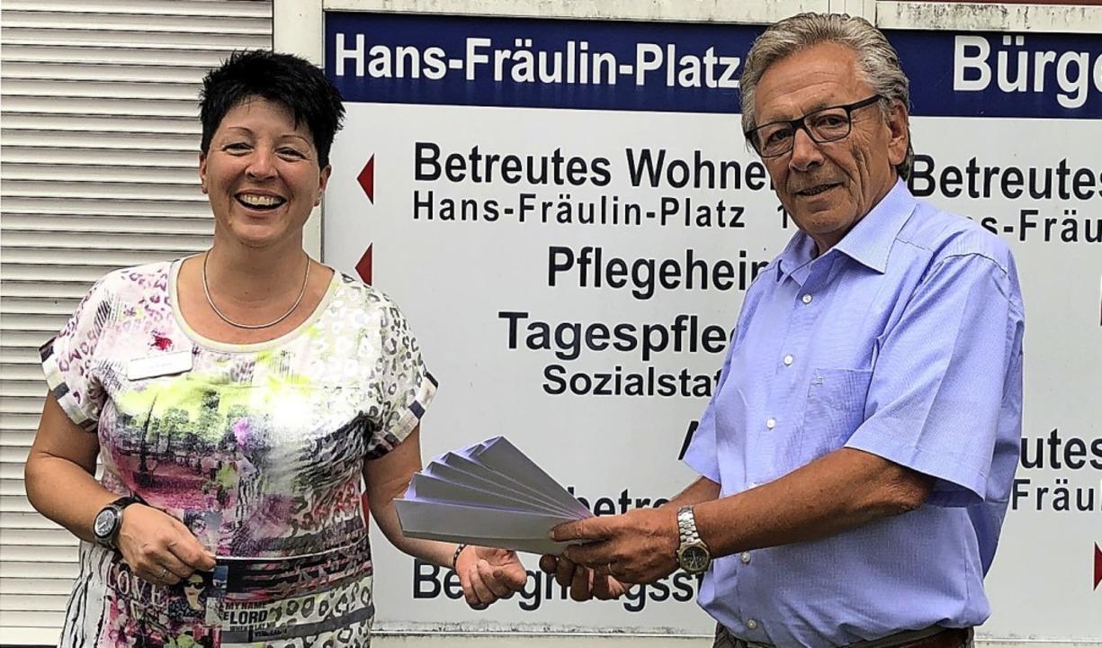 Michael Gehri vom Bürgerverein Zell  ü...an die Heimleiterin Nicole Brutschin.   | Foto: Bürgerverein Zell