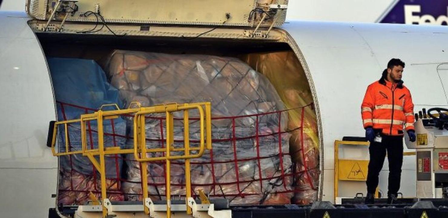In diesem Frachter wurden sechs Millionen Schutzmasken transportiert.  | Foto: Eric Lalmand (dpa)