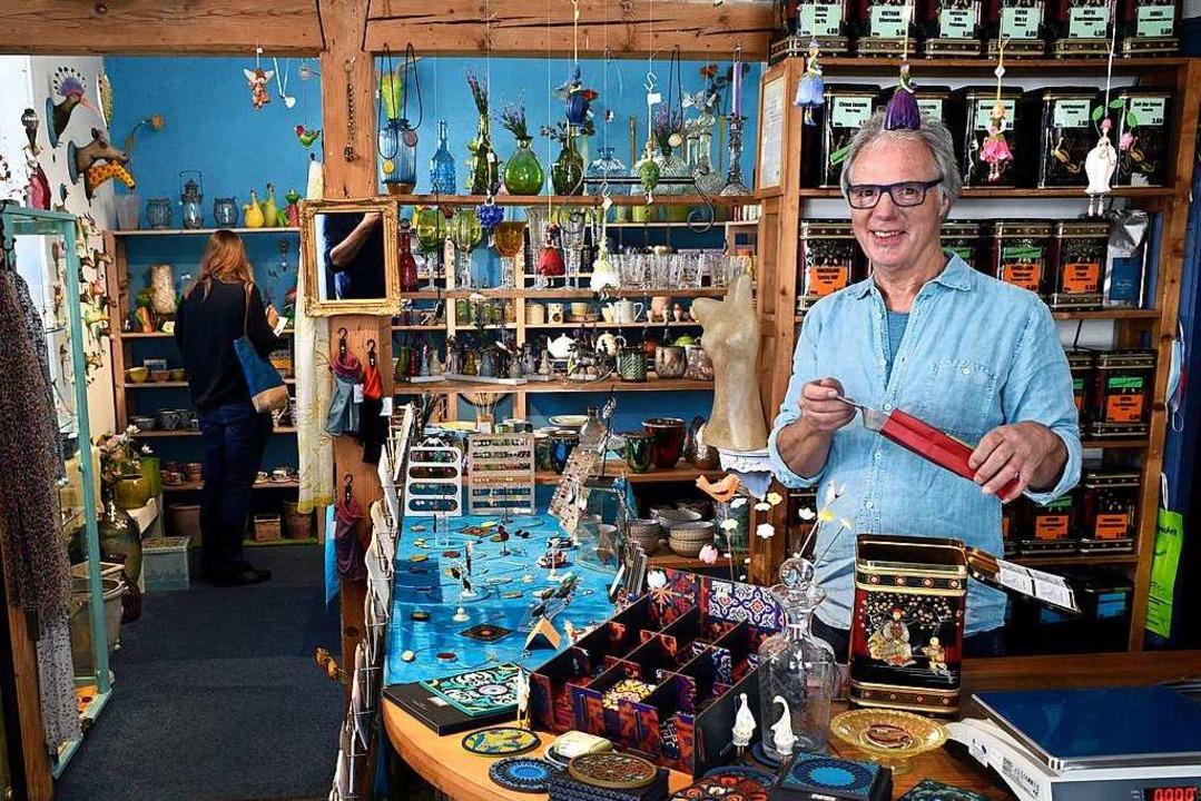 Bernd Gmelin hat den bunten Laden vor mehr als 40 Jahren mit Freunden eröffnet.  | Foto: Thomas Kunz