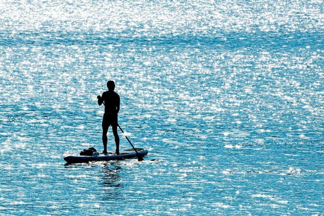 Stehpaddeln auf SUP-Boards ist eine beliebte Sommerbeschäftigung. (Symbolbild)    Foto: Matthias Balk (dpa)