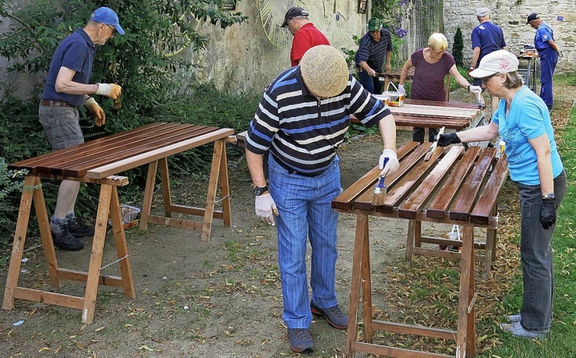Zum Schutz vor der Witterung haben Hel...natürlichen Farbton des Holzes erhält.    Foto: Privat