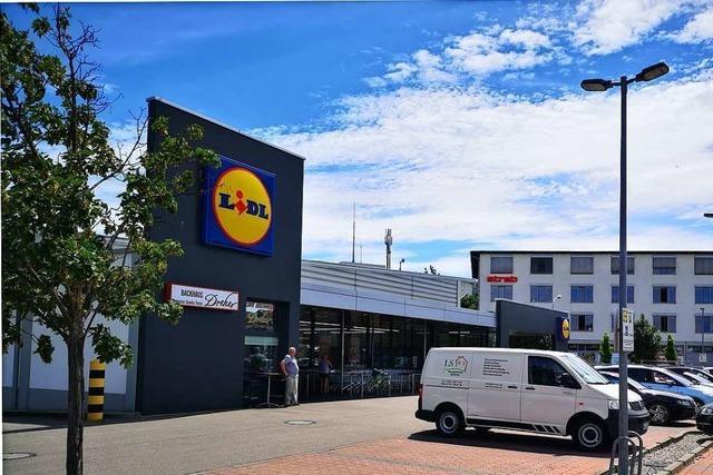 Schüler und Angestellte der umliegenden Betriebe lassen bei Lidl in der Freiburgerstraße Erweiterungspläne reifen
