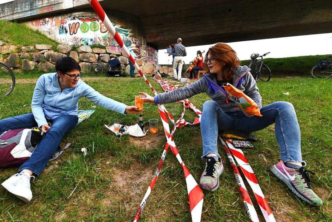 Das Flatterband an der Grenze – ...t eine Szene an der Zollfreien Straße.  | Foto: Juri Junkov