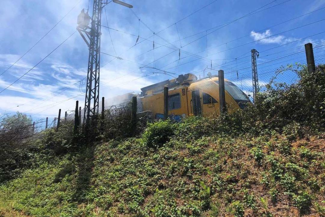 Ein Arbeitszug der Bahn  mit Hebebühne...nend bei Gengenbach neben den Gleisen.  | Foto: Christoph Breithaupt