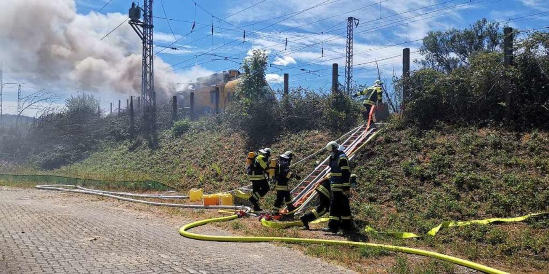 Der brennende Arbeitszug der Bahn  | Foto: kamera24.tv