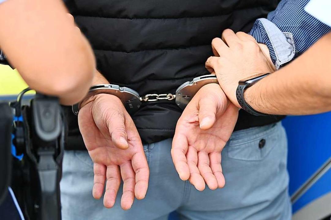 Kurz nach der ihm zur Last gelegten Ta...i vorläufig festgenommen (Symbolbild).  | Foto: Jonas Hirt