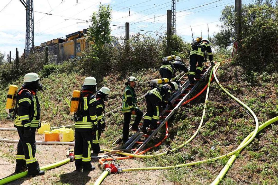 Die Feuerwehr inspiziert den gestoppten Arbeitszug  | Foto: Christoph Breithaupt