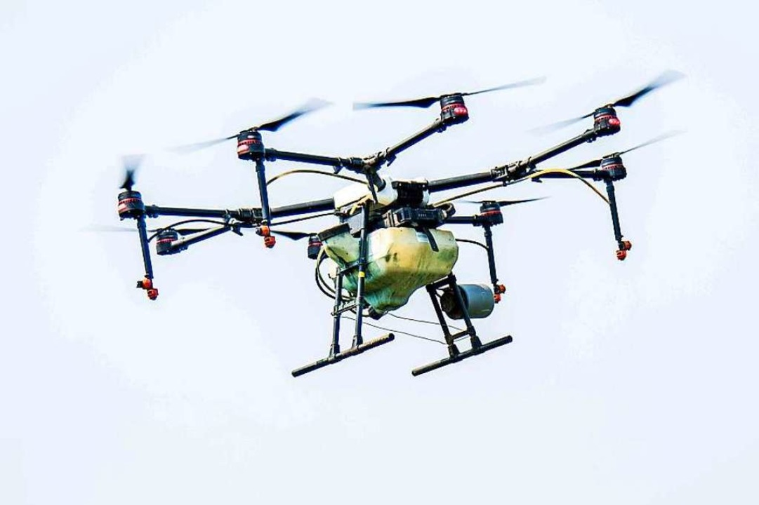 Eine Drohne fliegt am Himmel und wird von unten ferngesteuert.  | Foto: Wang Jilin (dpa)