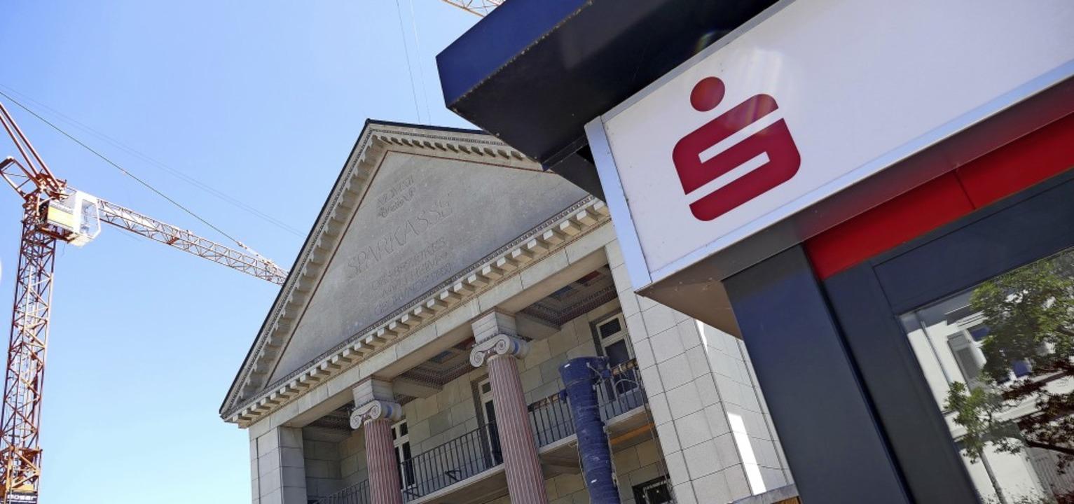 Zur Sparkasse gehören zehn Geschäftsst...oto). Letztere wird derzeit  umgebaut.  | Foto: Susanne Ehmann