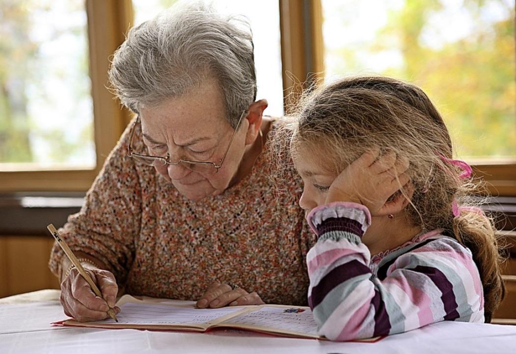 Hausaufgabenbetreuung: Senioren und Kinder können viel von einander lernen.  | Foto: Herby ( Herbert ) Me - stock.adobe.com