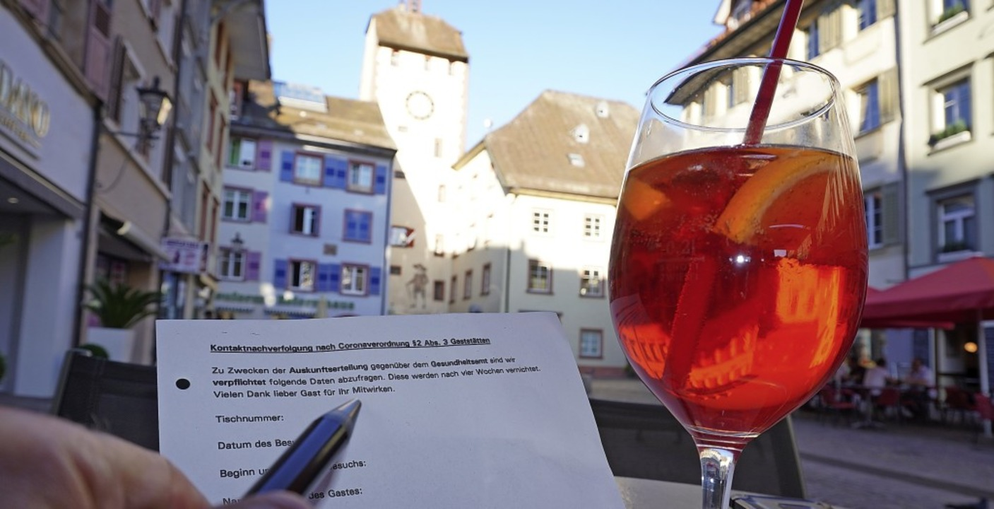 Erst das Formular, dann der Drink: Ohn...zeit kein Gaststättenbesuch zulässig.   | Foto: Gerard, Roland