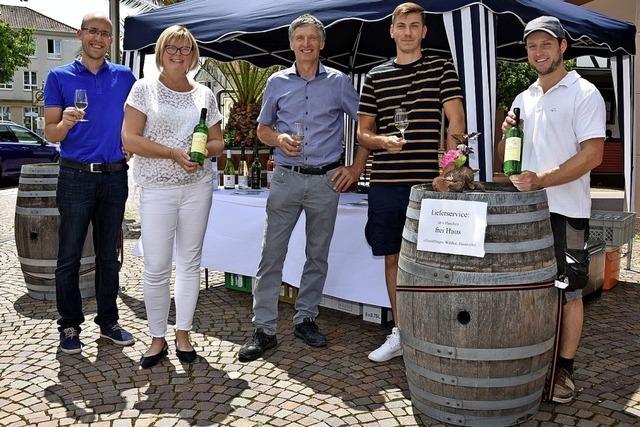 Winzer laden zur Weinprobe auf dem Wochenmarkt