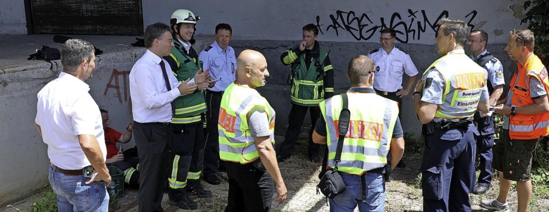 Lagebesprechung mit Gengenbachs Bürger...satzkräften an der Stelle der Havarie.  | Foto: Christoph Breithaupt