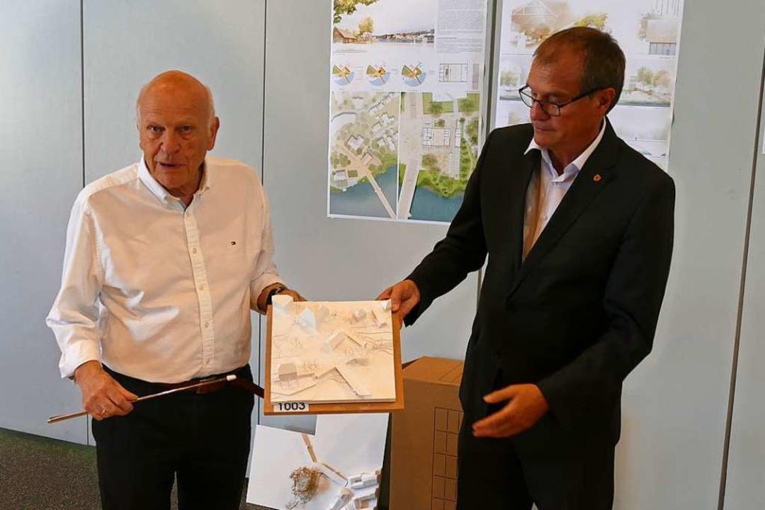 Eckart Rosenberger (links) und OB Klaus Eberhardt stellen den Siegerentwurf vor.  | Foto: Ralf H. Dorweiler