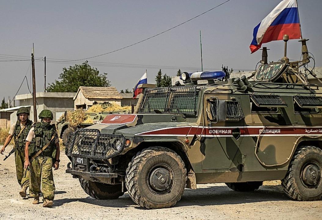 Russische Soldaten positionieren sich  an der syrisch-türkischen Grenze.  | Foto: DELIL SOULEIMAN