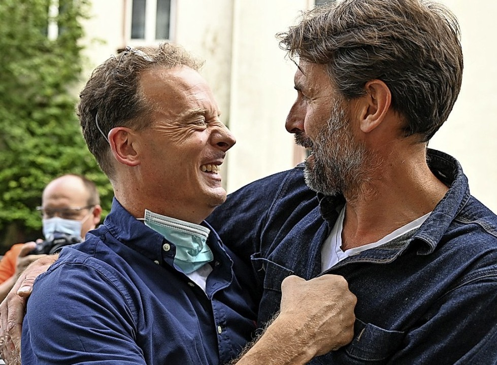 Alexander Falk (links) nach dem Urteil mit einem Freund vor dem Gerichtsgebäude  | Foto: Arne Dedert (dpa)