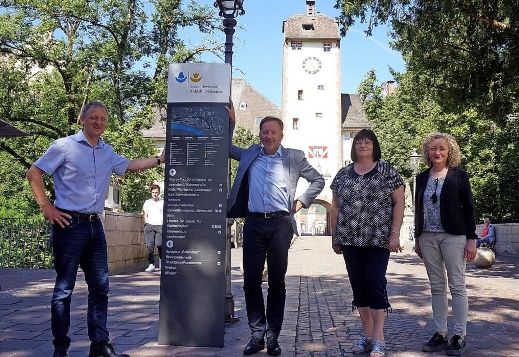 Große touristische Stele: Oberbürgerme...einer Stele des neuen Wegeleitsystems.  | Foto: suedkurier