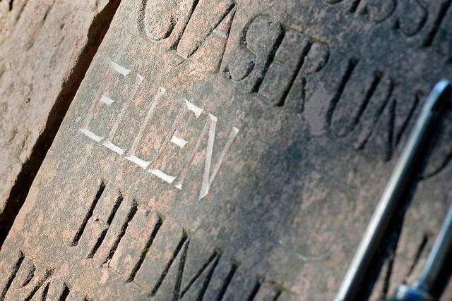 Auf der Erinnerungstafel für die Opfer des Fliegerangriffs klafft eine rätselhafte Lücke