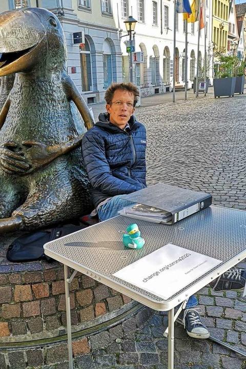 Fritz Düker an seinem Campingtisch mit...zu seinem Corona-Protest. (April 2020)    Foto: Ralf Burgmaier