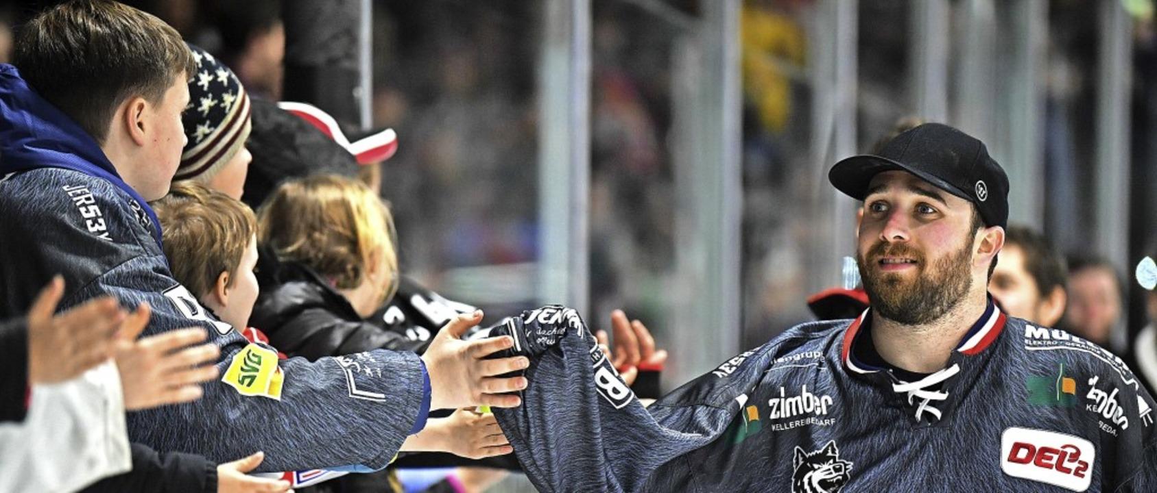 Cam Spiro klatscht junge EHC-Fans ab &...darf man sich wieder so nahe kommen?    | Foto: Patrick Seeger