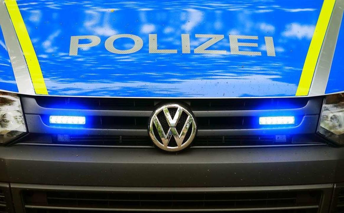 Laut Polizei wurde der Fahrer des Lkw in ein Krankenhaus gebracht.  | Foto: Jens Wolf (dpa)