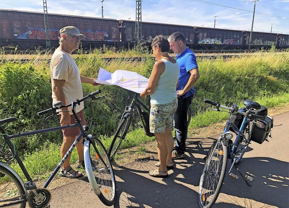 BI-Vorsitzender Karl Bäuerle (l.) und ...cke der künftigen Bahngleise erkundet.    Foto: BI Bahntrasse