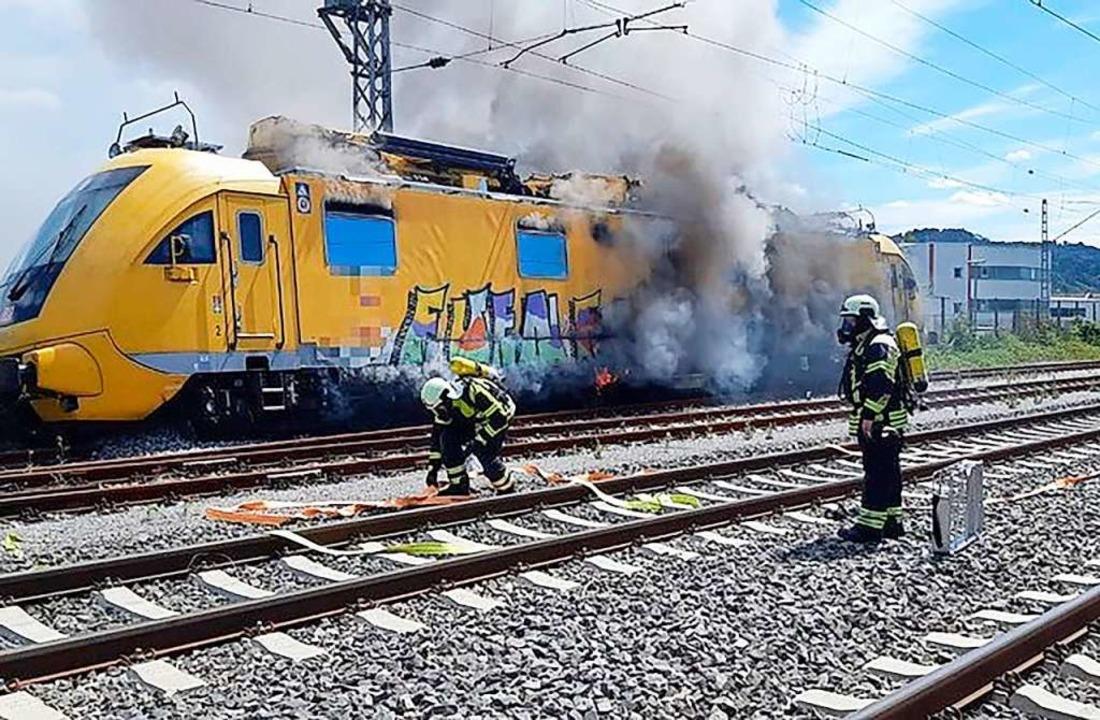 Der am Donnerstag führerlos und  brenn...rwehrleute löschten das Feuer an Bord.  | Foto: Bundespolizei (dpa)