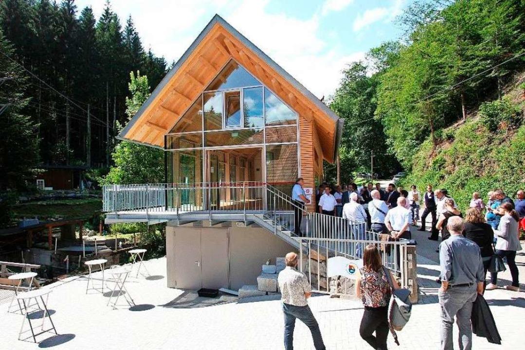 Modern und doch landschaftstypisch: Da...rmationszentrum Lachszucht im Wolftal.  | Foto: Winfried Köninger