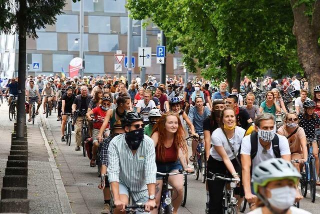 800 Radler fordern in der Freiburger Innenstadt mehr Klimaschutz