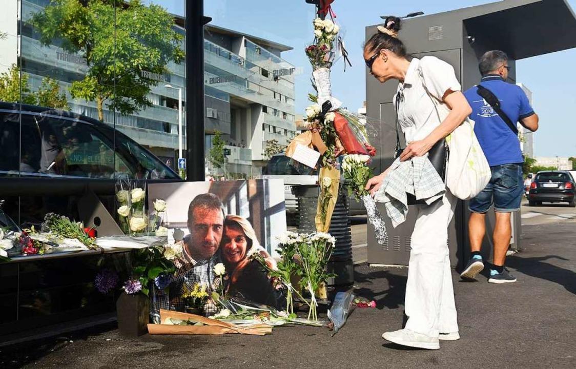 In Bayonne legten Menschen am Mittwoch Blumen für den nun Verstorbenen nieder.  | Foto: GAIZKA IROZ (AFP)