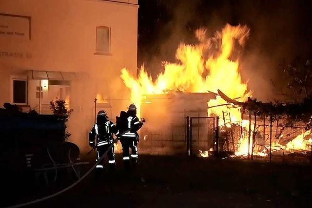 35 Hühner verenden bei Brand einer Gartenhütte in Lahr
