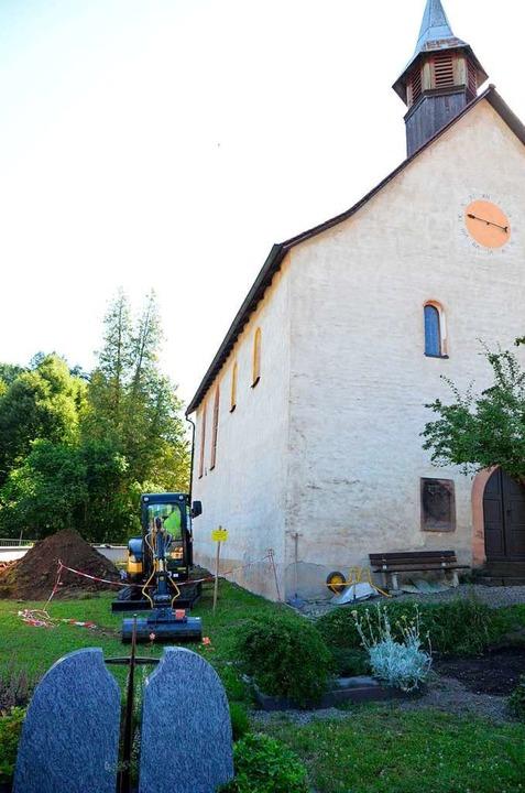 An der evangelischen Kirche in Sitzenk...zeit archäologische Grabungen gemacht.    Foto: Moritz Lehmann