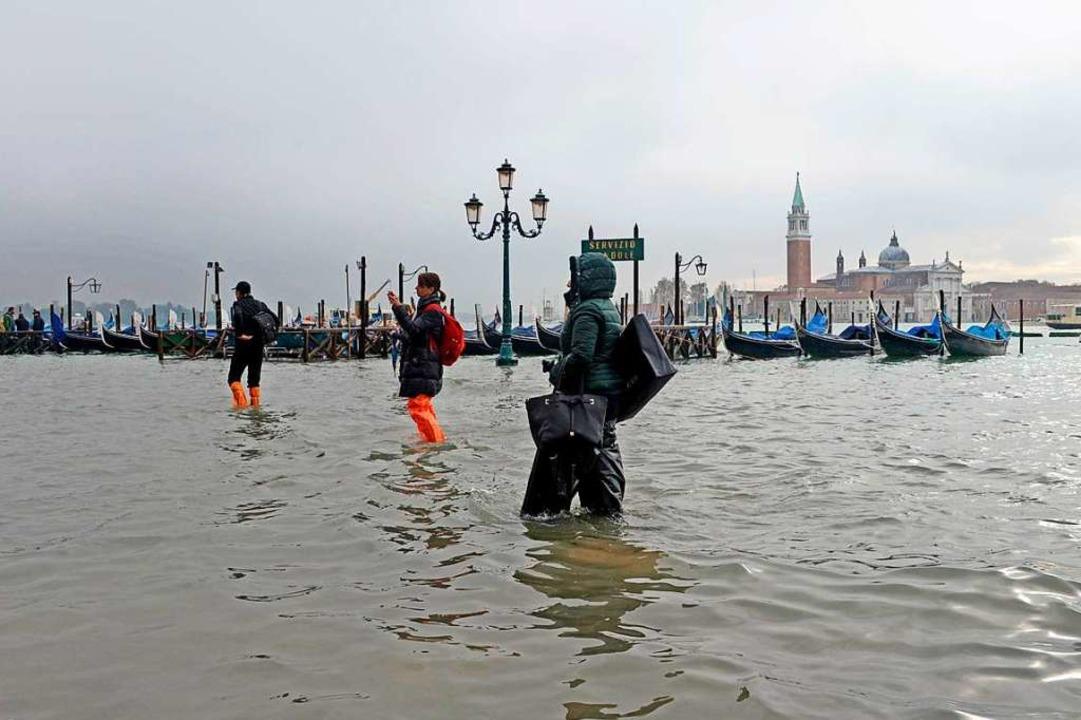 Im November 2019 stieg das Wasser auf ...rmalnull und überflutete die Altstadt.  | Foto: Andrea Merola (dpa)