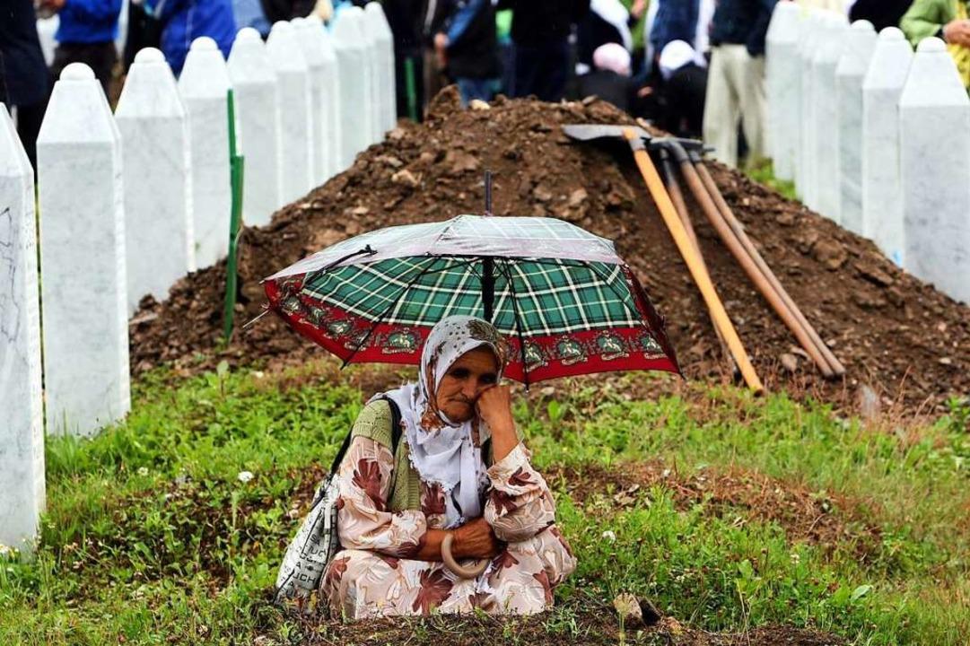 Noch immer werden in Srebrenica regelm... hier  im Juli 2009 beigesetzt wurden.  | Foto: Fehim Demir (dpa)
