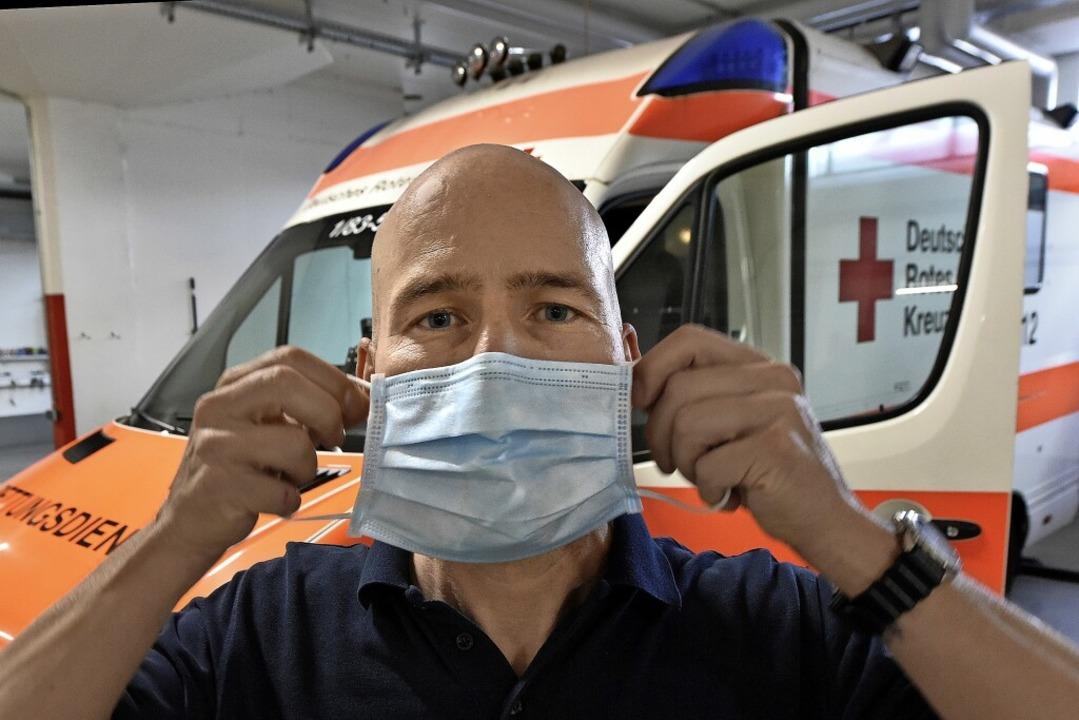 Ohne Maske können die Mitarbeiter des ...n nicht in ihre Rettungswagen steigen.  | Foto: Michael Bamberger
