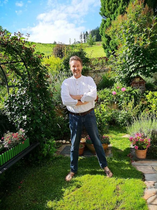 Michael Güttler genießt bei allem Ärge...  den Garten seines Ohlsbacher Hauses.  | Foto: Ralf Burgmaier