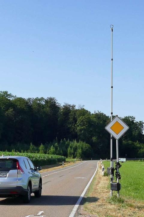 Für Vorbeifahrende kaum sichtbar: die ...ng bei Holzen den Verkehr beobachtete.    Foto: Victoria Langelott