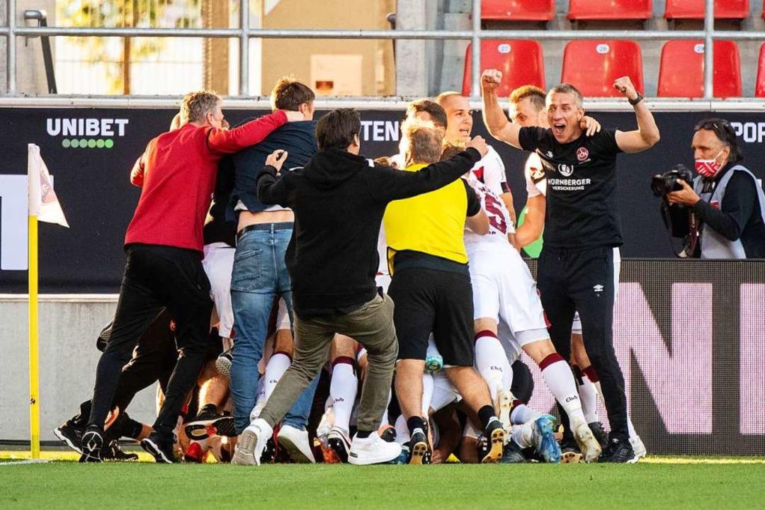 Das Team von Nürnberg jubelt über den Treffer zum 3:1.  | Foto: Matthias Balk (dpa)