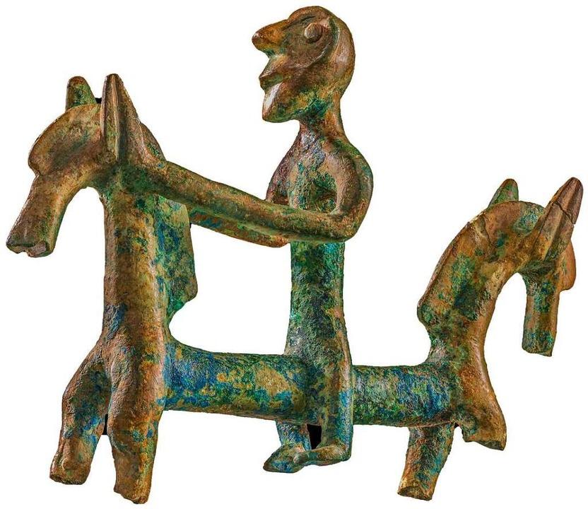 Ein Reiter aus Bronze,  in einem Wagengrab am Fuße des Bussen entdeckt.  | Foto: Landesamt für Denkmalpflege im