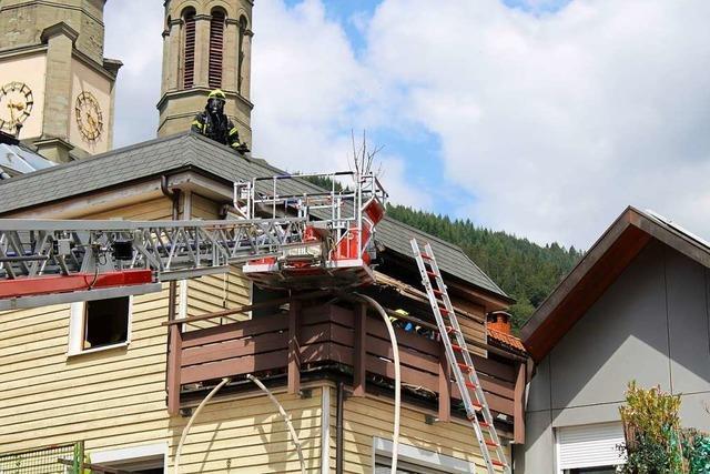 Feuerwehr löscht Brand auf einem Balkon in Todtnau