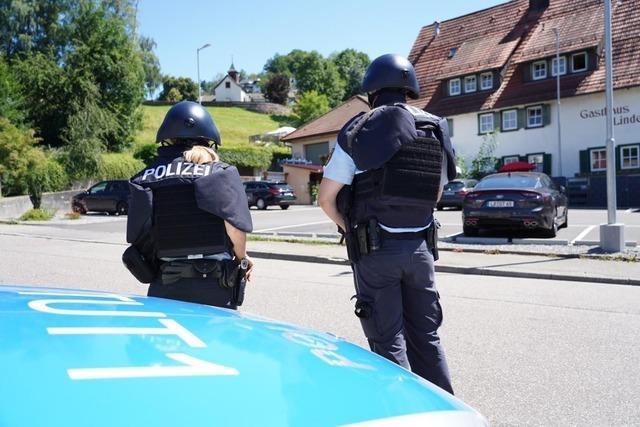 Mehr als 100 Polizisten fahnden nach einem bewaffneten Mann