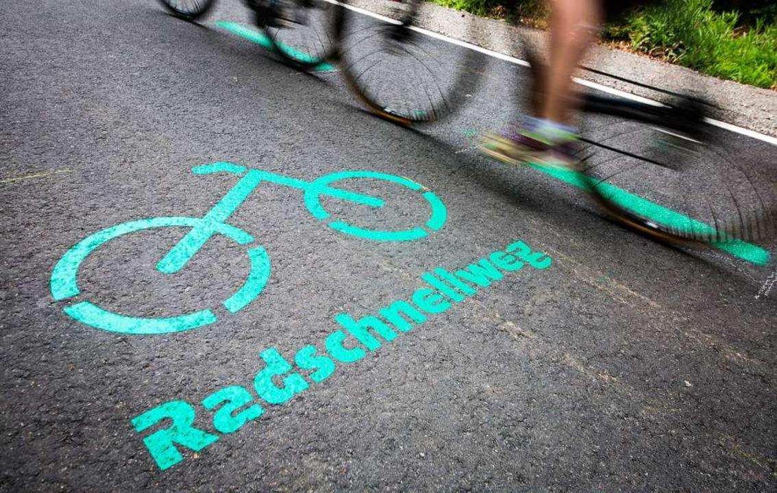 Der erste Radschnellweg in Baden-Württ...hr im Ballungsraum Stuttgart eröffnet.  | Foto: Christoph Schmidt (dpa)