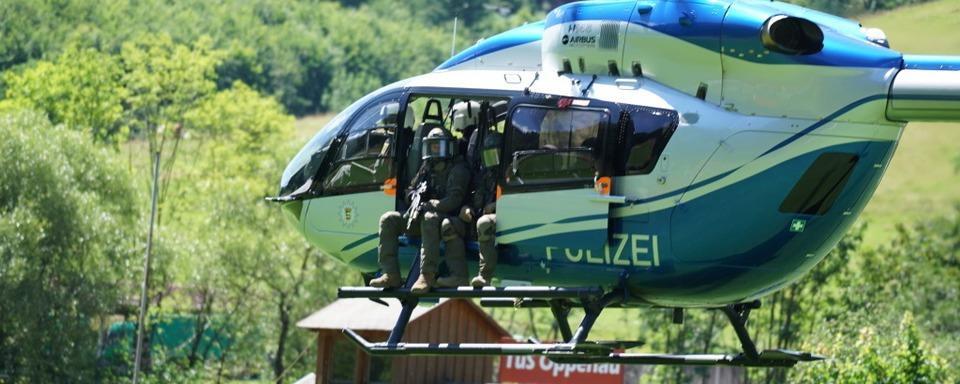 Hunderte Polizisten durchkämmen die Wälder um Oppenau auf der Suche nach bewaffnetem Mann