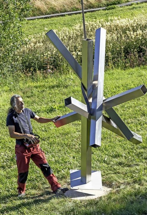 Ralf Rosa beim Aufstellen seines Kunstwerkes im Skulpturenpark.    Foto: Wilfried Dieckmann
