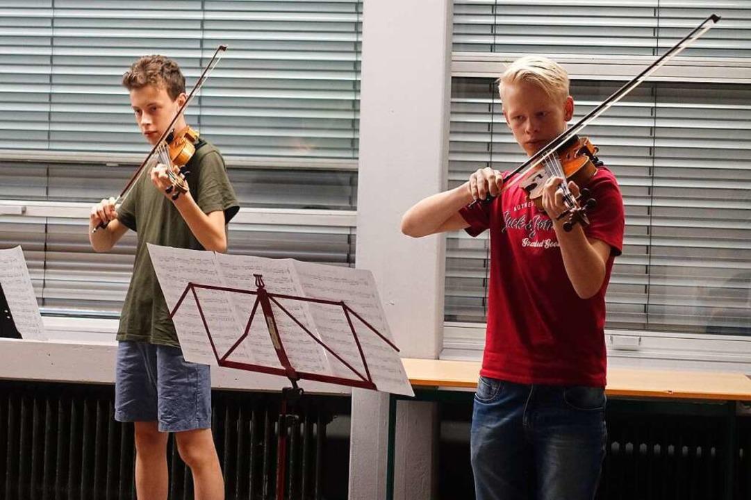 Die Violinschüler Nico Kassubek und Er...mit einem Satz aus Bachs Doppelkonzert  | Foto: Roswitha Frey