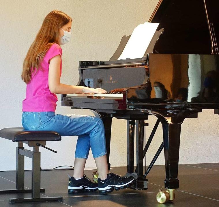 Klavierschülerin Selen Arslan legte fe...g Chopins Minutenwalzer auf die Tasten  | Foto: Roswitha Frey