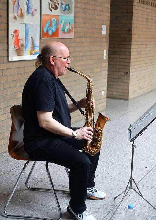 Saxophonist Ralf Geisler spielte auf dem Gang im Treppenhaus die Zwischenmusiken  | Foto: Roswitha Frey