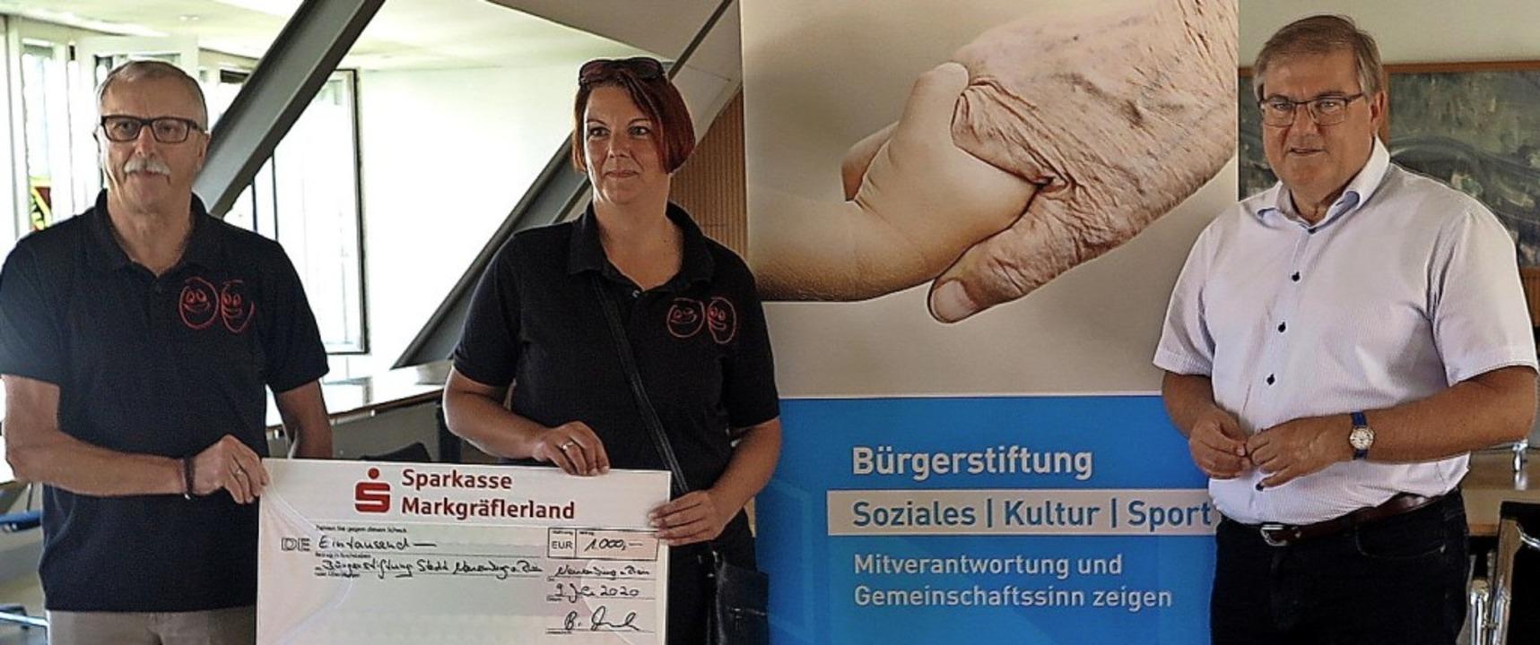 1000 Euro für die Bürgerstiftung Neuen...tiftungsvorsitzender Joachim Schuster   | Foto: Dorothee Philipp
