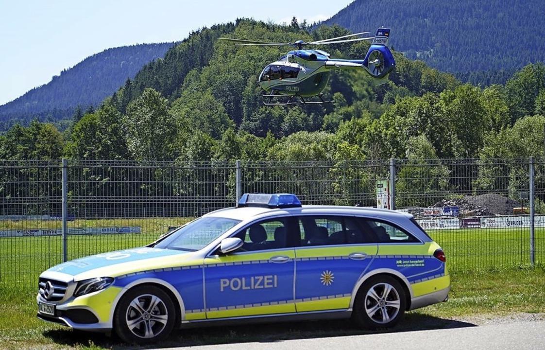 Ein Polizeihubschrauber landet auf dem...atz für ein Polizeigroßaufgebot wurde.  | Foto: privat