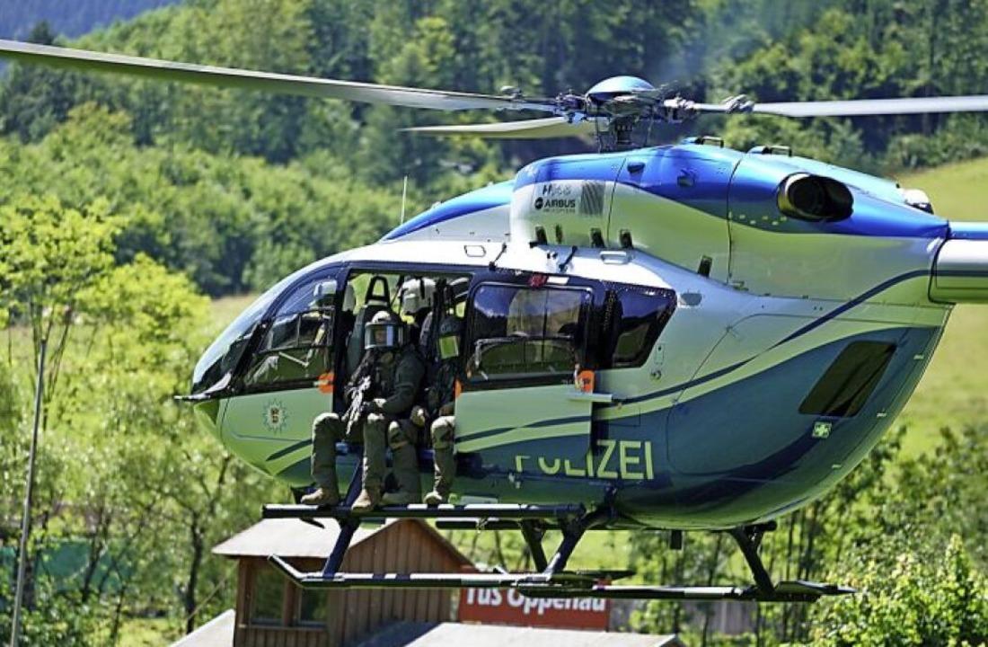 Mit einem Großaufgebot sucht die Polizei nach dem Flüchtigen.    Foto: Benedikt Spether